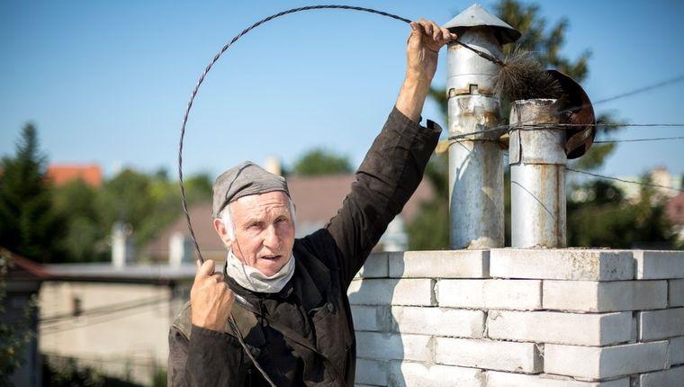 9c1a933106d1e Skončili sa časy, keď sa o údržbu komína mohol postarať aj šikovnejší  majiteľ nehnuteľnosti. Zákon dnes jasne hovorí: komín musia skontrolovať,  ...